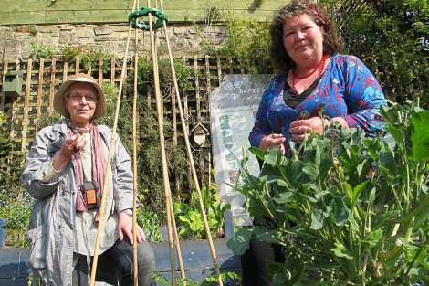Estelle Brown (izda.) y Mary Clear, en un huerto de Incredible Edible. | Foto: C.F.