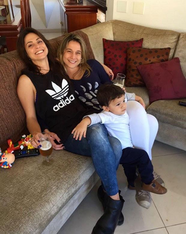 Fernanda Gentil com a namorada e o filho (Foto: Reprodução)