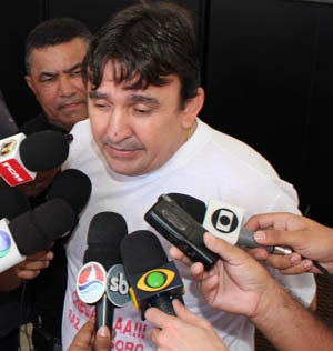 Pai de empresário sequestrado falou com a imprensa na manhã deste sábado (15) (Foto: Marcelino Neto)