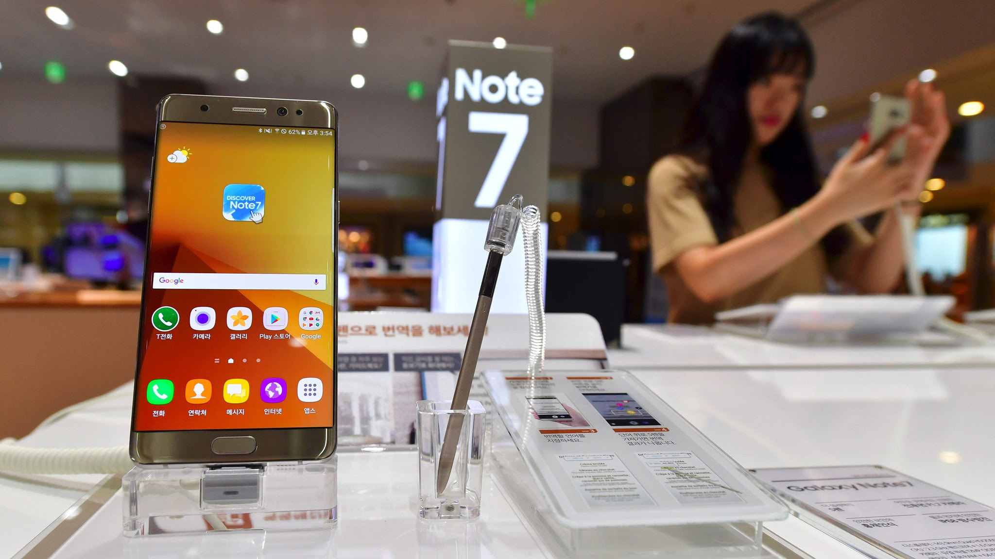 FAA warns airline passengers not to use new Samsung smartphone on plane