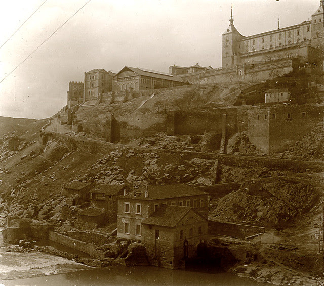 Turbinas de Vargas y Alcázar de Toledo en 1913. Fotografía de Luis Calandre Ibáñez