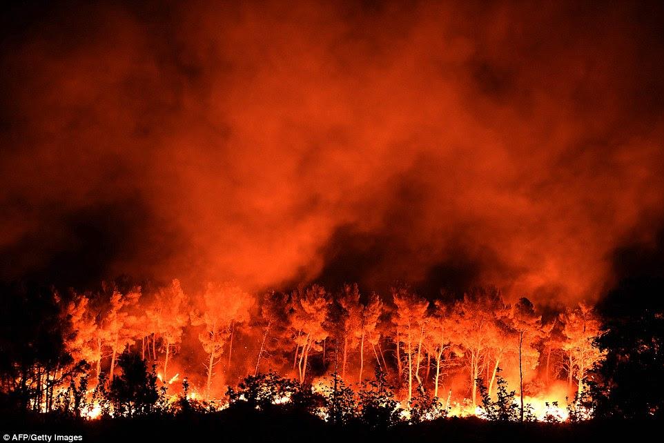 Um fogo arde em Les Pennes-Mirabeau, perto de Marselha, no sul da França última noite