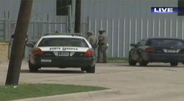 Policiais investigam local do tiroteio (Foto: Reprodução/12 News)