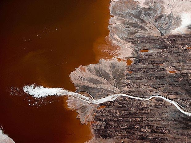 Espuma formada em lixo contendo resíduo de bauxita, emitido por uma fábrica de alumínio na cidade de Darrow (Louisiana, EUA).