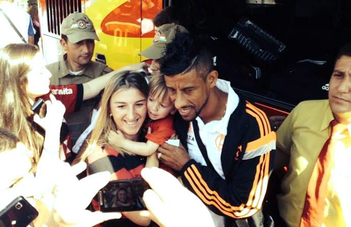 Leo moura Flamengo chegada a Criciúma  (Foto: Divulgação / Flamengo)