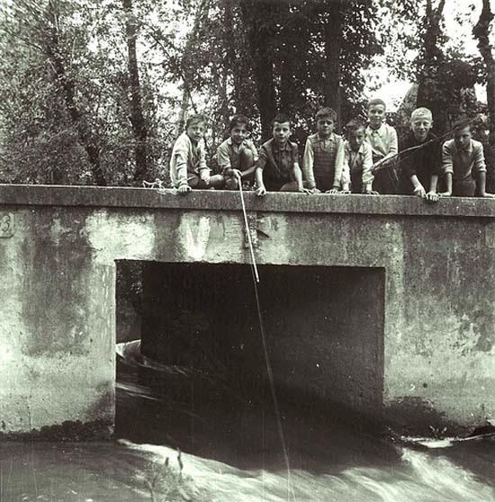 Olasz gyerekek horgásznak
