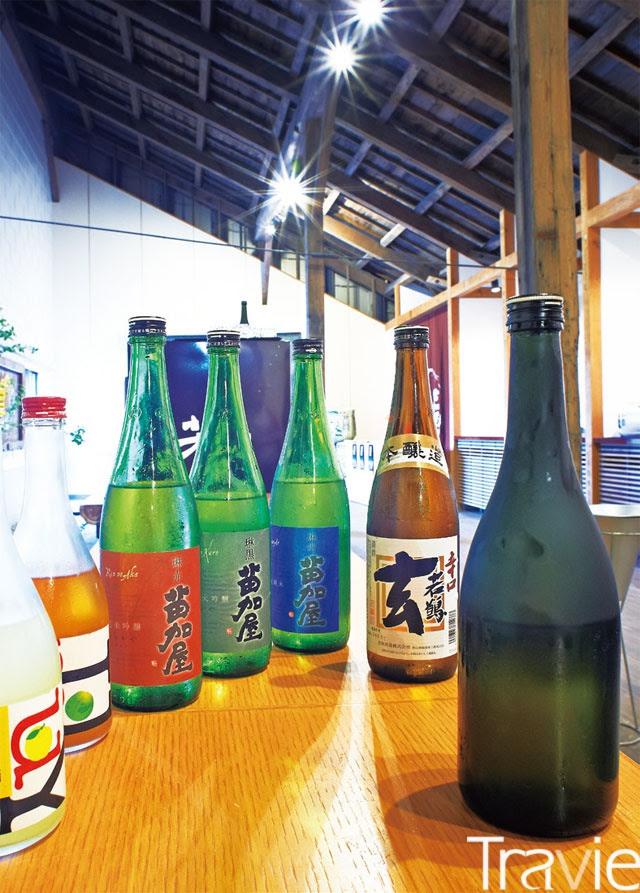 와카쓰루 양조장에서 만든 사케들. 오른편의 라벨이 없는 사케가 금년 '전일본 청주대회'에서 금상을 받았다.