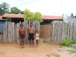 Família de Manoel Cornélio sobrevive apenas com a ajuda de programa assistenciais na Zona Rural de Elesbão Veloso (Foto: Pedro Santiago/G1)