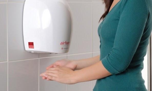 ΜΗΝ στεγνώνετε τα χέρια σας με τα μηχανήματα αέρα – Τι γίνεται με τα μικρόβια (ΒΙΝΤΕΟ)