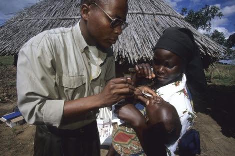 Un pediatra atiende a un niño en Manhiça, Mozambique | ISGlobal. [VEA MÁS IMÁGENES]