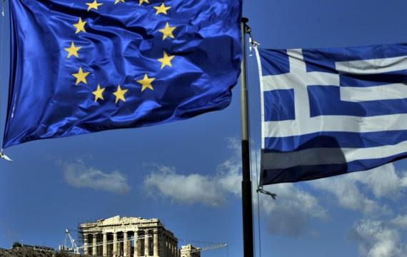 Drapeaux grec et européen (ARIS MESSINIS / AFP)