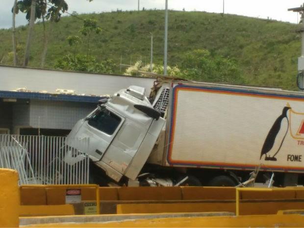 Caminhoneiro perde controle e bate carreta em pedágio em Atibaia (Foto: Vanguarda Repórter/Everton Morais)