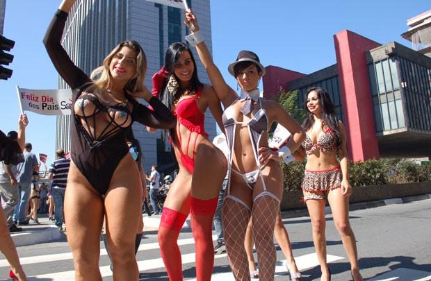 As modelos Ana Paula Minerato (preto), Lorena Bueri (vermelho) e Babi Rossi (cinza e branco) participaram da campanha na Avenida Paulista (Foto: Fábio Tito/G1)