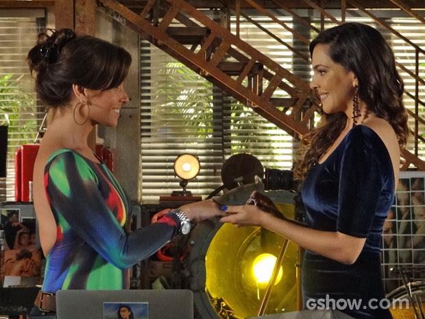 Marina coloca a aliança no dedo de Clara (Foto: Em Família/TV Globo)