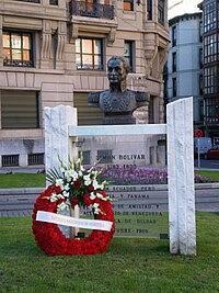 Monumento a Simón Bolívar, con una corona de flores del Gobierno de Venezuela con motivo del aniversario de su muerte, en la plaza de Venezuela de Bilbao (España).
