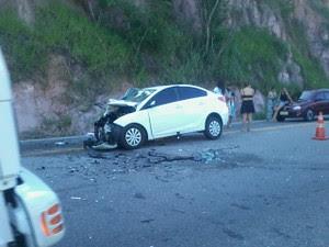 Carro envolvido em acidente em Mimoso do Sul (Foto: Divulgação/ PRF-ES)