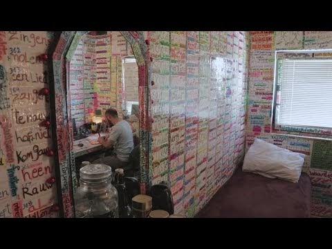 Sírio transformou seu quarto em dicionário para aprender holandês