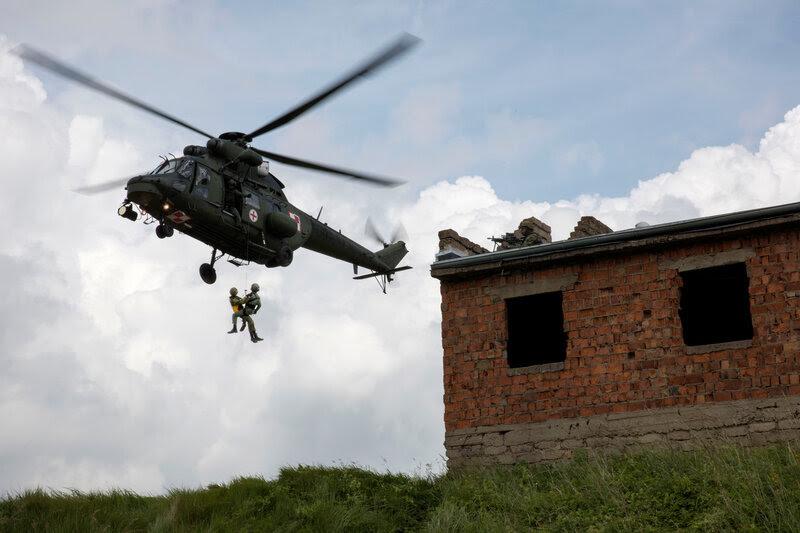 soldati polacchi eseguire una evacuazione medica come parte dell'esercizio Anakonda in Polonia.  Più di due dozzine di paesi, compresi i membri della NATO e dei paesi partner, hanno preso parte alla più grande tale esercizio dopo il crollo dell'Unione Sovietica nel 1991.
