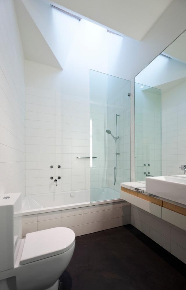 kleine bäder mit badewanne und dusche einrichten  32 ideen
