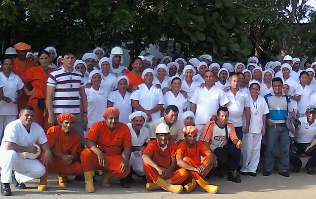 Trabajadores de Eveba junto a directivos sindicales