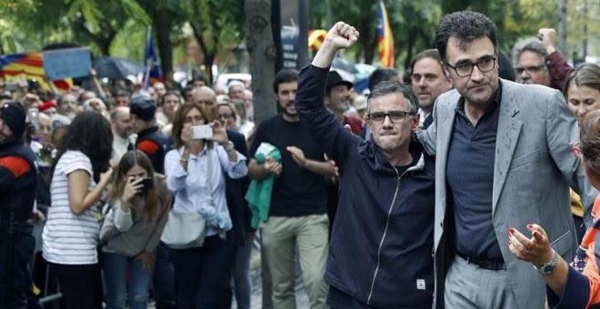 Josep Maria Jové, i Lluís Salvadó surten en llibertat i saluden els ciutadans concentrats a les portes de la Ciutat de la Justícia / EFE Andreu Dalmau