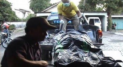 Mayat perempuan ditemukan di karung dievakuasi (Dok: Rustaman/Sindo TV)
