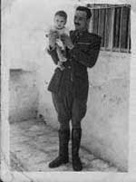 José Pozo con su hijo menor en el patio del cuartel en 1947