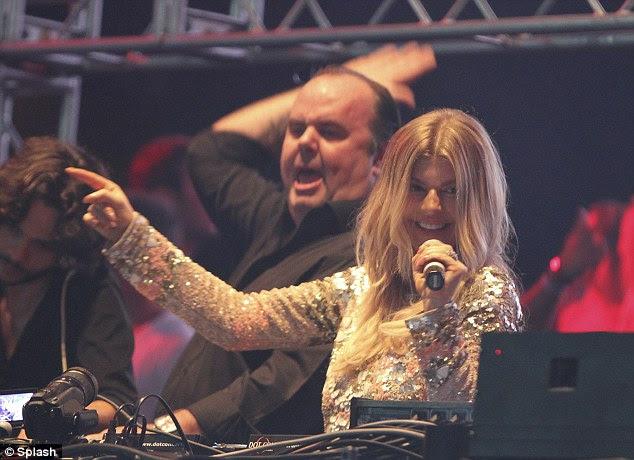 Sing-a-long: Fergie executa uma de suas canções ...