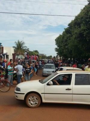 Multidão se concentrou em frente à delegacia de Brasnorte. (Foto: Assessoria/Polícia Civil)