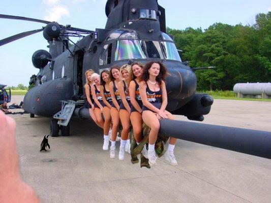 Mulheres posando no canhão.