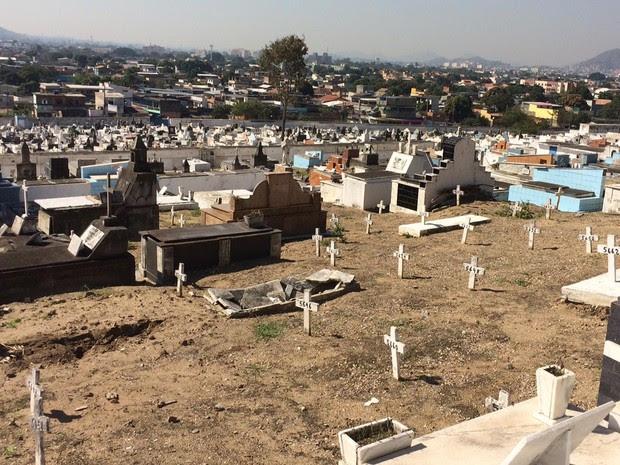 Covas em mau estado de conservação são comuns em todo o cemitério (Foto: Janaína Carvalho / G1)