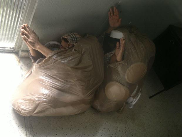 Presos tentaram escapar da Delegacia de Furtos e Roubos de Veículos em sacos de lixo (Foto: Divulgação/Delegacia de Furtos e Veículos de Curitiba)
