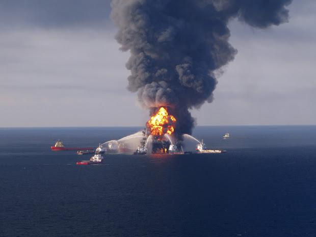 EUA enviam aviões para borrifar químicos em mancha de óleo no mar