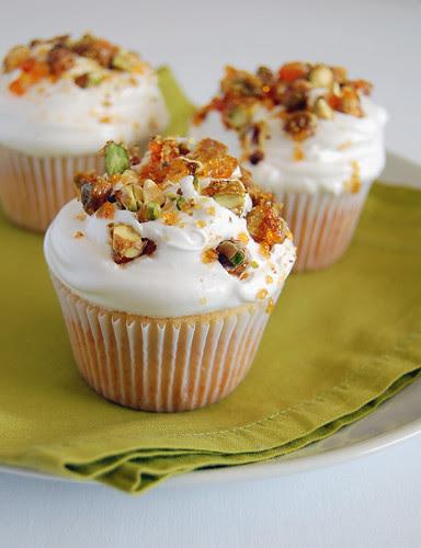 Vanilla cupcakes with pistachio praline whipped icing / Cupcakes de baunilha com cobertura de praliné de pistache