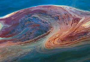 mancha de petróleo en el agua del mar