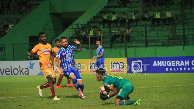Marlon da Silva gagal membawa Persiba meraih kemenangan saat menjamu Sriwijaya FC. Copyright: © Teddy Rumengan/Indosport