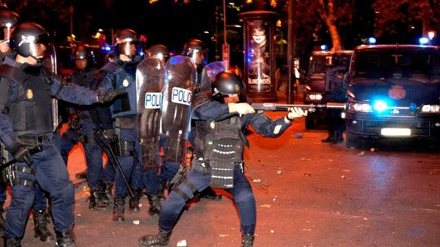 Antidisturbios disparando bolas de goma durante las protestas del 25-S.