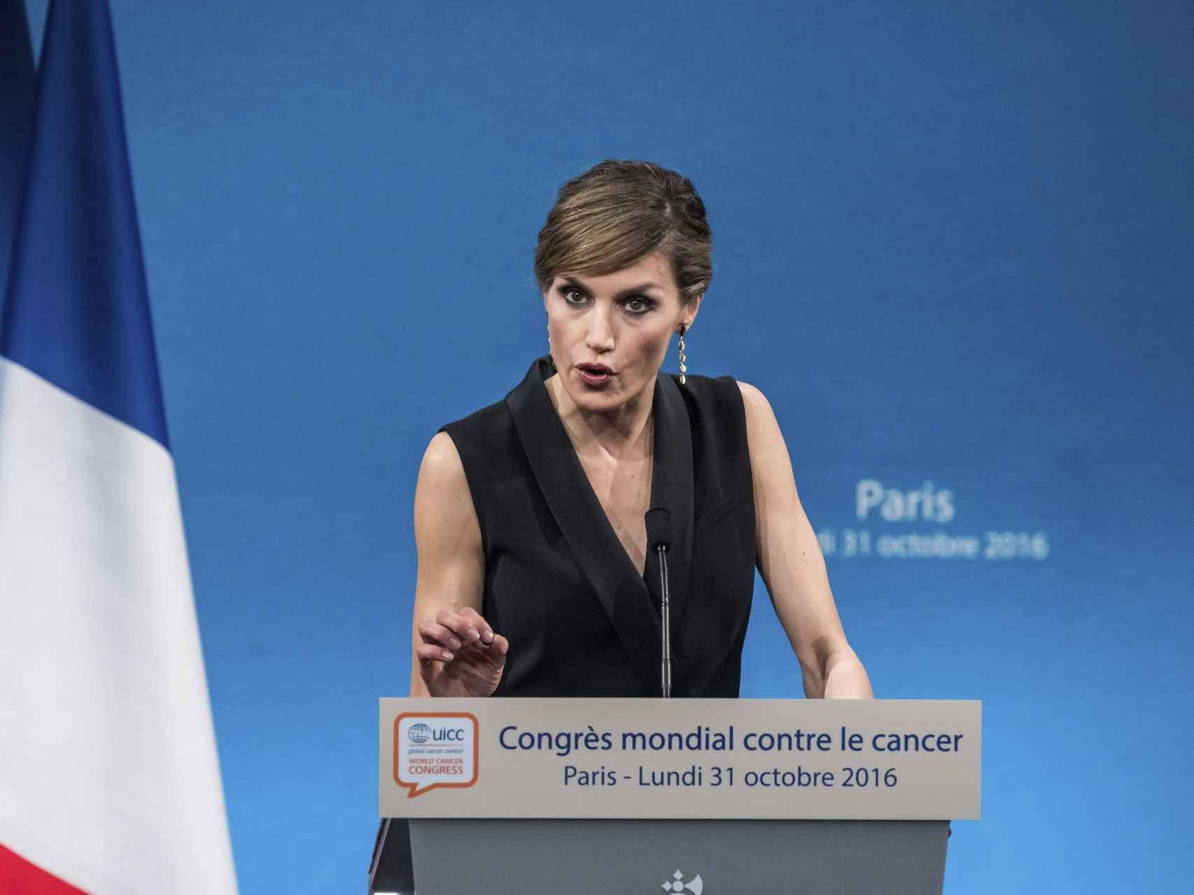 La reina Letizia pronuncia su discurso el pasado lunes en París.