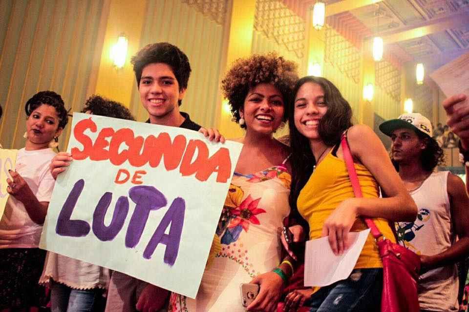 No ENG, a estudante participa da gravação de um clipe do Chico César.