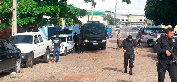 Após o cumprimento dos mandos de prisão, PMs foram levados para a Deicor (Foto: Jorge Talmon/G1)