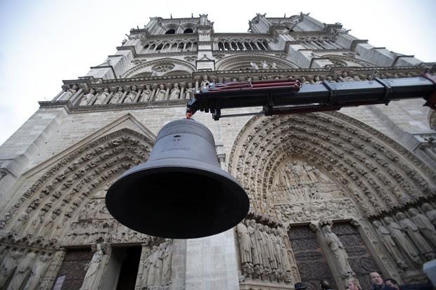 Novos sinos chegam a Ctedral Notre Dame em Paris (Foto: Christophe Ena/AP)