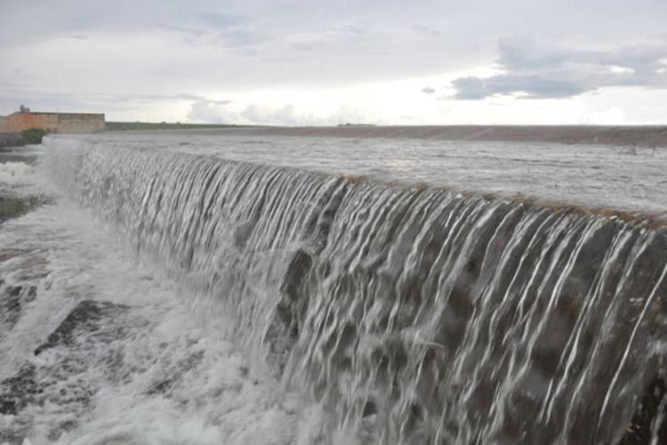 O maior reservatório do Rio Grande do Norte, a Barragem Engenheiro Armando Ribeiro Golçalves, começouu a sangrar. Apesar da beleza do espetáculo, a cheia preocupa cidades ajustante