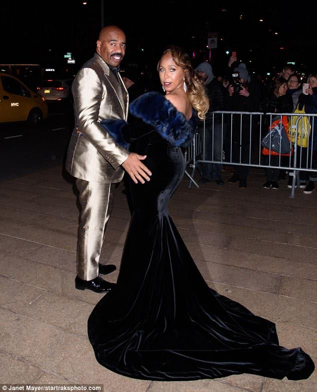 Família feud: Steve Harvey pode ter sido a estrela mais brilhante com seu traje de prata, mas a esposa Marjorie Elaine Harvey também surpreendeu em um longo vestido azul enquanto se dirigiam para o Lincoln Center.