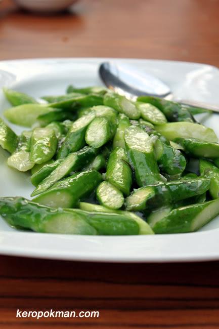Asparagus stir fried with garlic