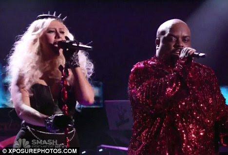 A bordo: Christina, visto tocando no The Voice com Cee Lo Green se diz que se inscreveu para uma terceira temporada para o show por supostos US $ 10 milhões