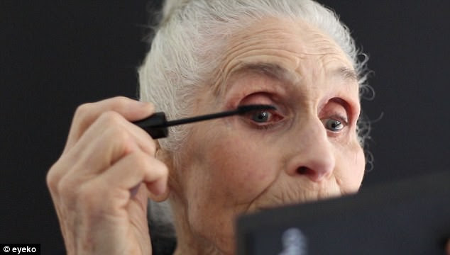 Siêu mẫu lớn tuổi nhất thế giới Daphne Self: 89 tuổi vẫn tự tin trở thành gương mặt quảng bá cho hãng mỹ phẩm - Ảnh 3.