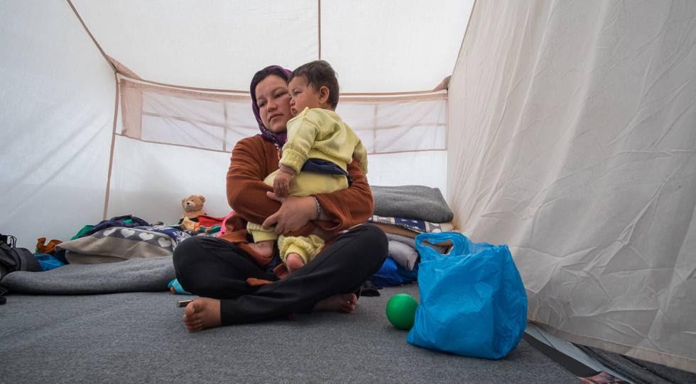 Mohyabim y su hija, en el campamento de Ellinikos.