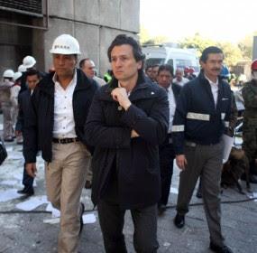 El director de Pemex, Emilio Lozoya, en la zona del accidente. Foto: Presidencia