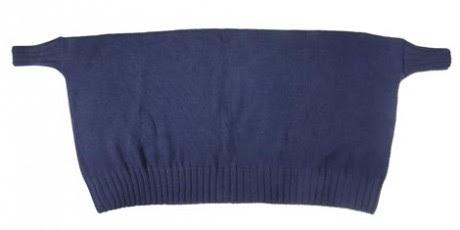La mantella piegata a metà con le maniche finite