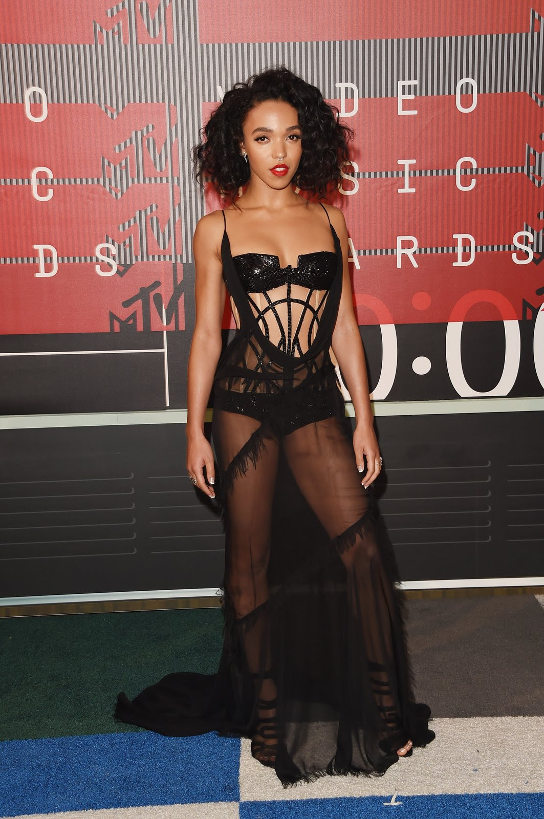 http://media.vogue.com/r/h_1600,w_1240/2015/08/30/fka-twigs-vma-20151.jpg